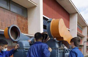 Alumnes del institut Pere Martell revisant el nou motor.